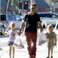 Jason Priestley en famille à Studio City, le 20 octobre 2013.