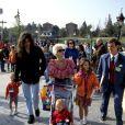 Bob Geldof, Paula Yates et leurs filles Fifi, Peaches et Pixie à Disneyland Paris, le 12 avril 1992.