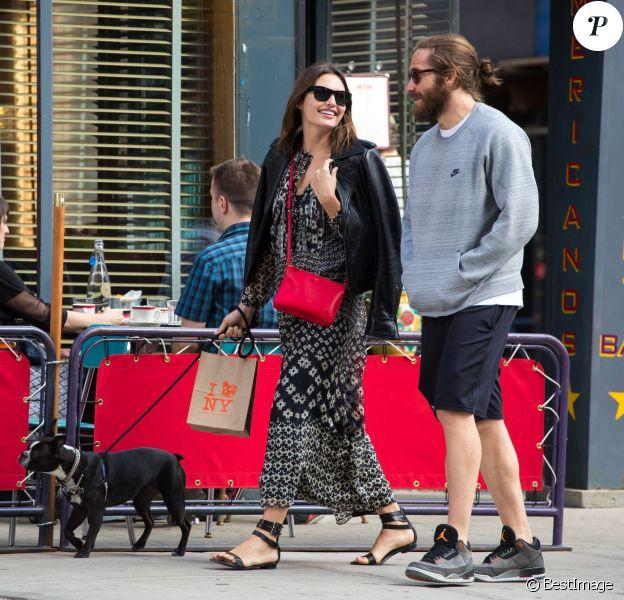 Jake Gyllenhaal se promène dans les rues de New York avec sa compagne Alyssa Miller. Le 7 mai 2014  51404863 'Nailed' actor Jake Gyllenhaal accompanies his girlfriend Alyssa Miller while she walks her dog in New York City, New York on May 7, 2014.07/05/2014 - New York