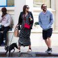 Jake Gyllenhaal se promène dans les rues de New York avec sa compagne Alyssa Miller et le chien de cette dernière, le 7 mai 2014