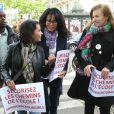 Yamina Benguigui et Valérie Trierweiler - Marche de femmes pour appeler à la libération de jeunes filles enlevées par le groupe Boko Haram au Nigeria. Place du Trocadéro à Paris le 13 mai 2014.