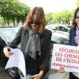 Carla Bruni-Sarkozy et Yamina Benguigui - Marche de femmes pour appeler à la libération de jeunes filles enlevées par le groupe Boko Haram au Nigeria. Place du Trocadéro à Paris le 13 mai 2014.