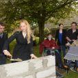 Exclu - Béatrice Rosen et Brahim Asloum (marraine et parrain de la Fondation Claude Pompidou) mettent la main à la pâte pour la pose de la première pierre des travaux de restructuration de l'Institut Médico-Educatif Kerdreineg qui accueille des jeunes polyhandicapés. A Crédin dans le Morbihan, le 29 avril 2014.