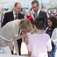 Le prince Albert de Monaco et la princesse Charlene, qui reçoit un bouquet de fleurs, étaient en visite à Carlat, dans le Cantal, le 15 mai 2014 dans le cadre du centenaire de la cession du rocher de Carlat au prince Albert Ier. Après Carlat, le couple princier a visité Calvinet.