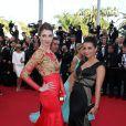 Sarah Barzyk (robe Christophe Guillarmé) et Priscilla Betti sur le tapis rouge du Festival de Cannes le 15 mai 2014