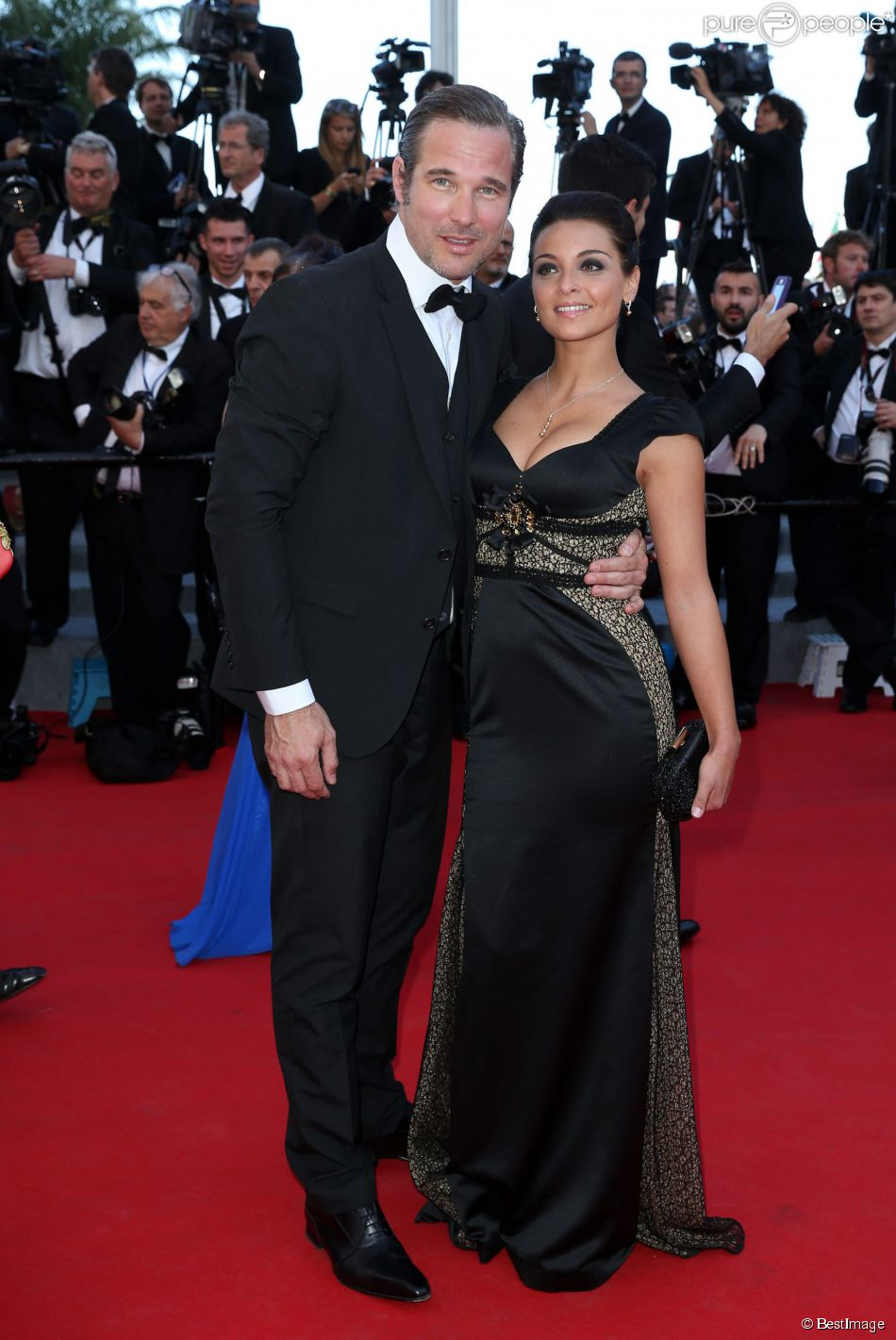 Priscilla Betti et un invité sur le tapis rouge du Festival de Cannes le 15 mai 2014