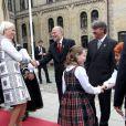 La princesse Ingrid Alexandra de Norvège, 10 ans, et sa mère la princesse Mette-Marit arrivant au Parlement. La jeune princesse faisait sa première visite officielle au Parlement (Storting) à Oslo le 15 mai 2014 à l'occasion de la cérémonie spéciale pour le bicentenaire de la Constitution norvégienne.