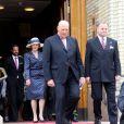 Le roi Harald V de Norvège quittant le Parlement, suivi par son épouse la reine Sonja et leur fils le prince Haakon, le 15 mai 2014 après la cérémonie spéciale pour le bicentenaire de la Constitution norvégienne.