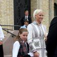 La princesse Ingrid Alexandra de Norvège, 10 ans, aidée par sa mère la princesse Mette-Marit, faisait sa première visite officielle au Parlement (Storting) à Oslo le 15 mai 2014 à l'occasion de la cérémonie spéciale pour le bicentenaire de la Constitution norvégienne.