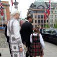 La princesse Ingrid Alexandra, la princesse Mette-Marit et le prince Haakon de Norvège repartent du Parlement (Storting) à Oslo le 15 mai 2014 après la cérémonie spéciale pour le bicentenaire de la Constitution norvégienne.