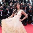 Freida Pinto (robe Michael Kors) lors de la montée des marches du Festival de Cannes et la projection du film Saint Laurent le 17 mai 2014