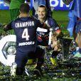 Zlatan Ibrahimovic prend la pose avec le trophée Hexagonal après le match entre le Paris Saint-Germain et Montpellier le 17 mai 2014 au Parc des Princes à Paris