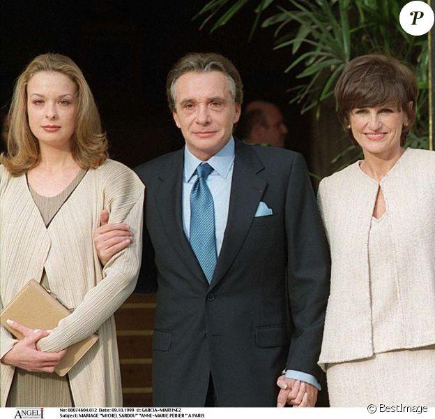 Michel Sardou avec ses enfants Davy et Cynthia lors de son mariage avec Anne-Marie Perier à Paris le 11 octobre 1999.