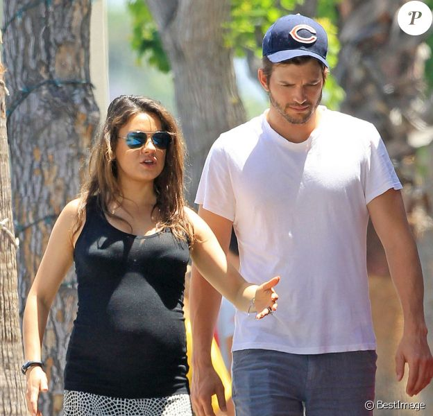 Exclusif - Mila Kunis, enceinte, et son fiancé Ashton Kutcher font du shopping dans un magasin pour enfants à Sherman Oaks, 17 mai 2014.