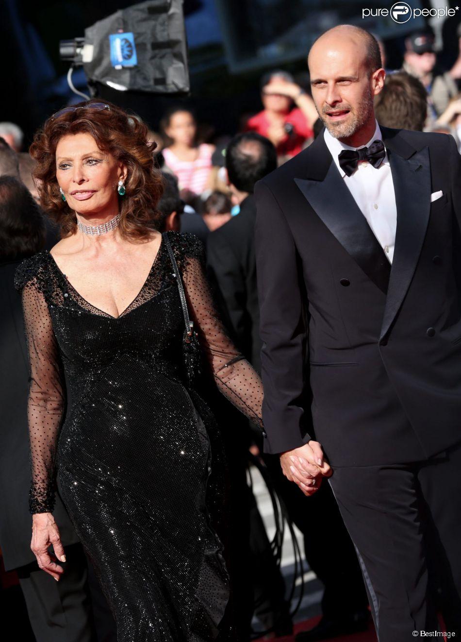 """Sophia Loren (79 ans) et son fils Edoardo Ponti (41 ans) - Sur cette photo, montée des marches du film """"Pour une poignée de dollars"""" pour la cérémonie de clôture du 67e Festival du film de Cannes le 24 mai 2014"""
