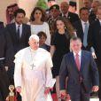 Le roi Abdullah II de Jordanie et le pape François, suivis par la reine Rania avec le prince Hussein, la princesse Iman et le prince Hashem, au palais royal à Amman le 24 mai 2014 pour la cérémonie de bienvenue du Saint Père.