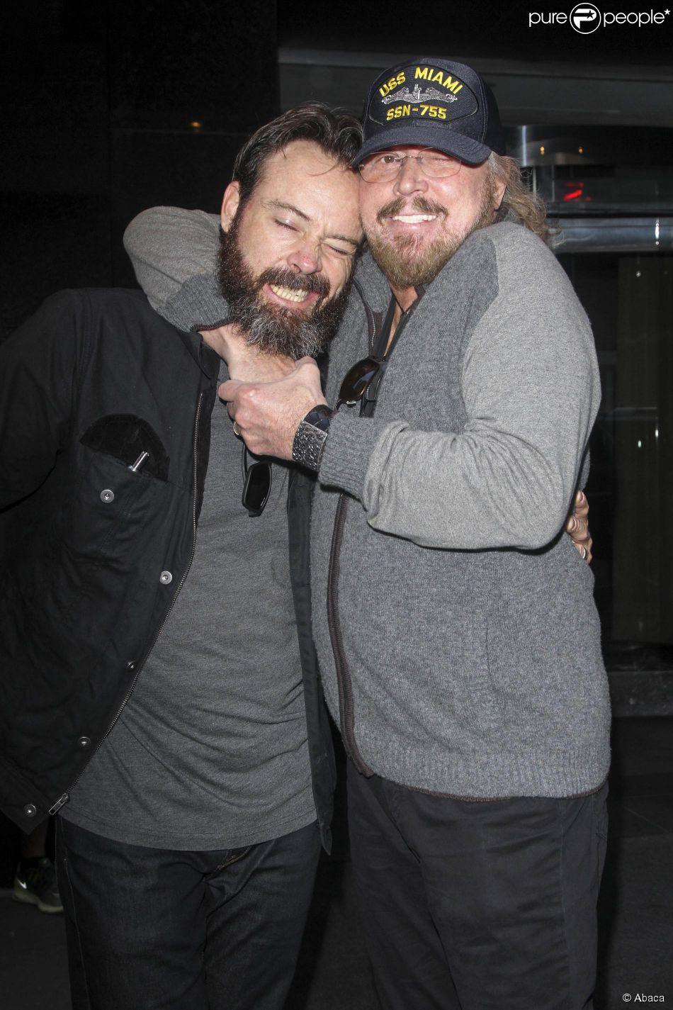 Barry Gibb et son fils quittent leur hôtel pour aller à l'aéroport de New York le 25 mai 2014.