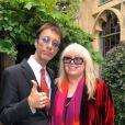 Robin Gibb et son épouse Dwina Murphy Gibb, en septembre 2009 dans leur ville de Thame (Oxfordshire). Avec Dwina, le Bee Gees a eu un fils, Robin-John. Durant leur mariage, il a également eu une fille, Snow, avec la bonne, Claire Yang.