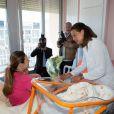 La princesse Stéphanie de Monaco a rencontré de jeunes mamans et leurs bébés au Centre hospitalier Princesse Grace, le 27 mai 2014, dans le cadre de la Fête des mères.