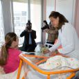 La princesse Stéphanie de Monaco attentionnée a rencontré de jeunes mamans et leurs bébés au Centre hospitalier Princesse Grace, le 27 mai 2014, dans le cadre de la Fête des mères.