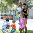 Alessandra Ambrosio et son fiancé Jamie Mazur avec leurs enfants Anja et Noah à Brentwood Los Angeles, le 31 mai 2014  Please Hide Children's Face Prior To The Publication 51435474 Supermodel Alessandra Ambrosio and fiance Jamie Mazur out working out with their children Anja and Noah in Brentwood, California on May 31, 2014. Alessandra and Jamie showed off their weird stretching routine. Jamie showed off a tattoo of his daughter's name on his chest.31/05/2014 - Los Angeles
