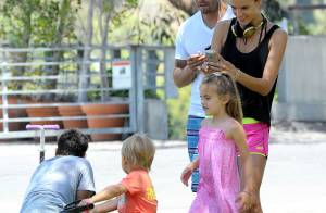 Alessandra Ambrosio : Sexy en minishort, elle profite du parc avec ses enfants