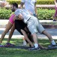Alessandra Ambrosio et son fiancé Jamie Mazur font du sport pendant que leurs enfants, Anja et Noah, jouent. A Brentwood Los Angeles, le 31 mai 2014.