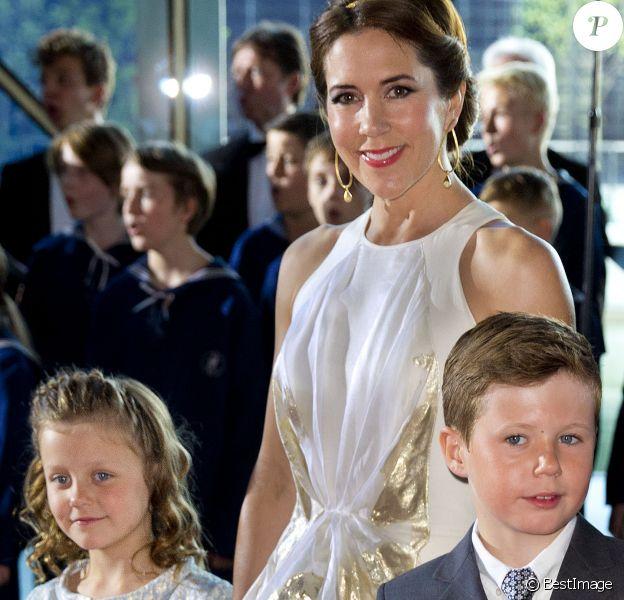 La princesse Mary de Danemark, en compagnie de leurs enfants Christian et Isabella, le 1er juin 2014 au siège de Radio Danemark à Copenhague pour le gala en l'honneur des 80 ans du prince consort Henrik.