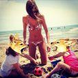 Alexandra Rosenfeld ravissante en bikini avec sa fille, et un autre enfant, à la plage le 6 juin 2014