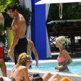 Caroline Receveur et son fiancé Valentin Lucas profitent de la piscine de leur hôtel lors de leurs vacances à Miami, le 8 juin 2014.