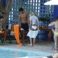 Caroline Receveur et son fiancé Valentin Lucas se relaxent à la piscine de leur hôtel lors de leurs vacances à Miami, le 7 juin 2014