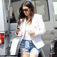 Kim Kardashian, en veste Balmain, jean destroy et souliers Giuseppe Zanotti à Calabasas. Los Angeles, le 21 avril 2014.
