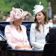 Kate Middleton, duchesse de Cambridge, et Camilla Parker Bowles, duchesse de Cornouailles, descendant le Mall en landau lors de la parade Trooping the Colour marquant le 14 juin 2014 la célébration solennelle des 88 ans de la souveraine.