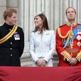 Le prince Harry, Kate Middleton et le prince William au balcon de Buckingham Palace pour la parade aérienne de la RAF lors du défilé Trooping the Colour marquant le 14 juin 2014 la célébration solennelle des 88 ans de la souveraine.