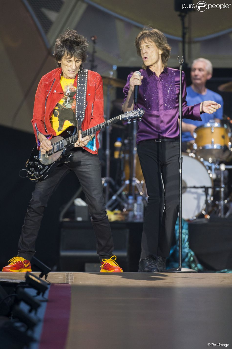 ronnie wood et mick jagger lors du concert des rolling stones au stade de france paris le 13. Black Bedroom Furniture Sets. Home Design Ideas