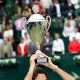 Roger Federer soulève son trophée à Halle, le 15 juin 2008.