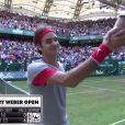 Le Suisse Roger Federer gagne sa demi-finale contre Nishikori à Halle (Allemagne) mais ne s'en rend pas compte, le 14 juin 2014.