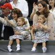 Mirka Federer avec ses jumelles Myla et Charlene à Wimbledon le 8 juillet 2012