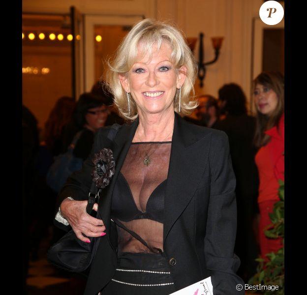 Evelyne Leclercq dévoile un sacré décolleté lors du 27e gala de l'aide à l'enfant refugié à Paris le 24 Septembre 2012