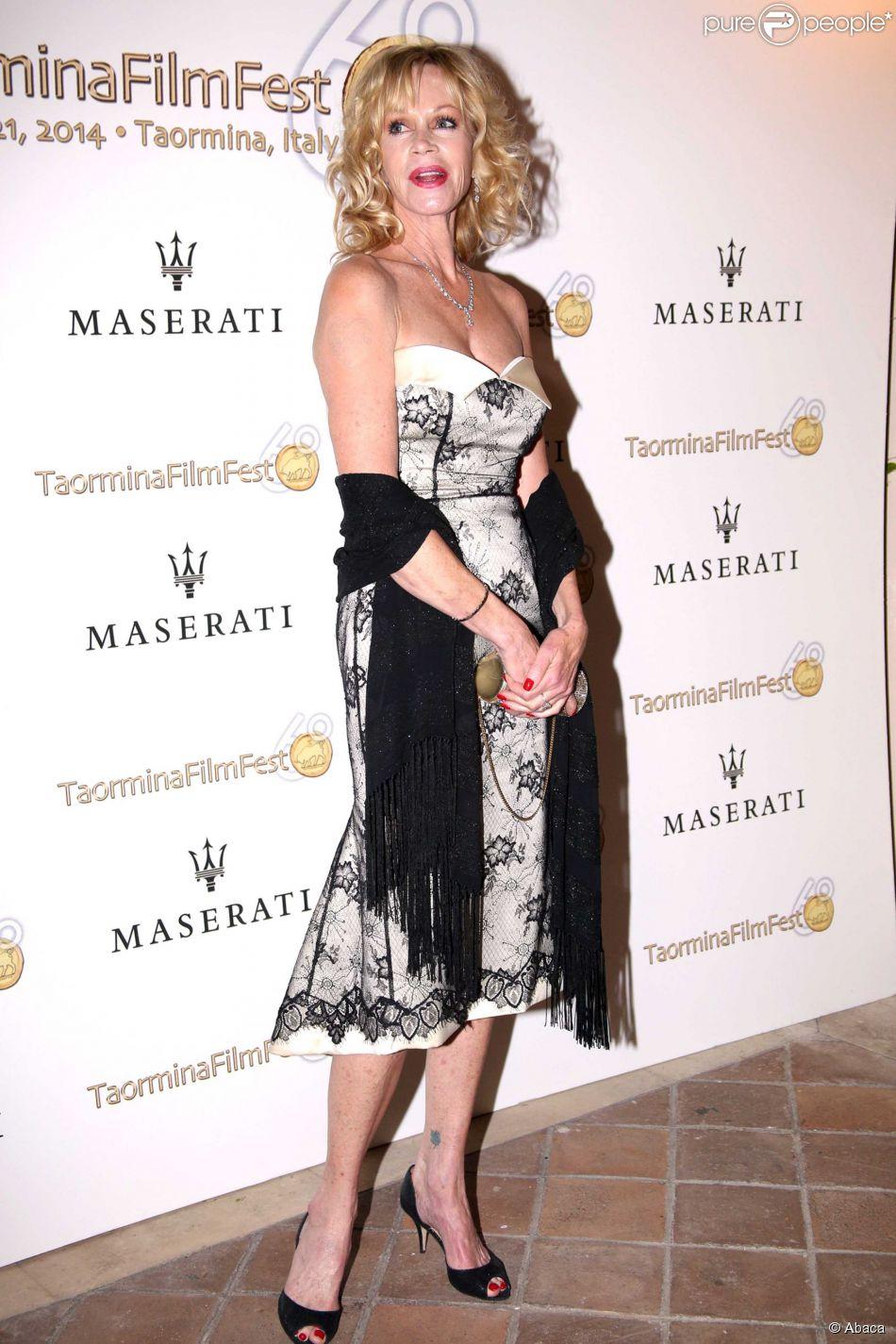 """Melanie Griffith lors du 60e Taormina Film Festival en Italie le 19 juin 2014 - Elle a complètement masqué son tatouage coeur """"Antonio"""" sur le bras droit"""