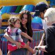 Roselyn Sanchez en famille au Farmers market de Studio City, Los Angeles, le 22 juin 2014.