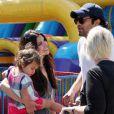 La jolie Roselyn Sanchez en famille au Farmers market de Studio City, Los Angeles, le 22 juin 2014.