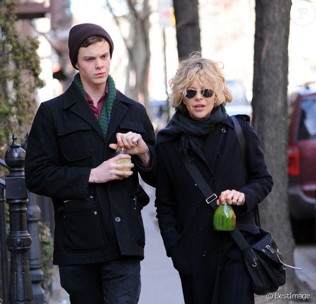 Meg Ryan et son fils Jack Quaid (né de son union passée avec Dennis Quaid) à New York le 18 mars 2011