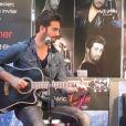 """Frédéric Lerner chante """"Si tu m'entends"""", l'un de ses premiers tubes, lors d'un showcase à Caen le 22 mars 2014."""