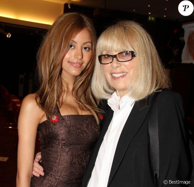 """Mireille Darc, Zahia Dehar - Vente aux enchères """"Les Coeurs des Créateurs"""" chez Christie's au profit de la Chaîne de l'Espoir à Paris le 3 juillet 2014."""