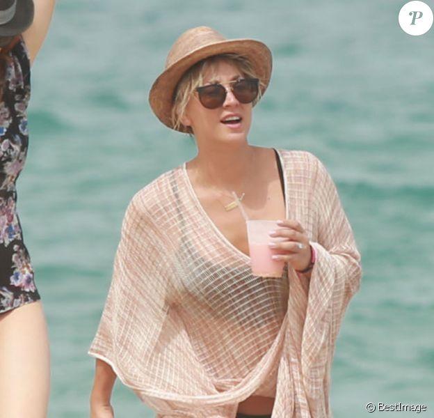 Kaley Cuoco se détend sur une plage au Mexique, le 5 Juillet 2014.
