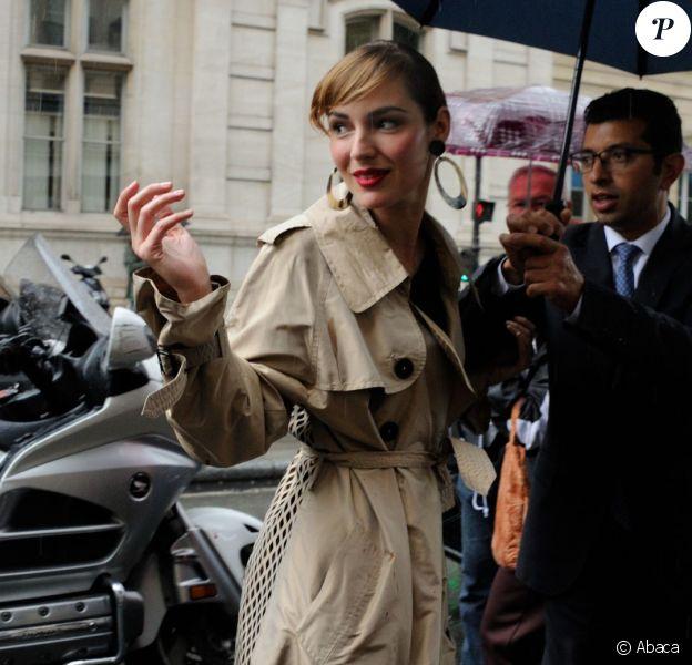 Louise Bourgoin arrive au 325 rue Saint-Martin pour assister au défilé haute couture de Jean Paul Gaultier. Paris, le 9 juillet 2014.