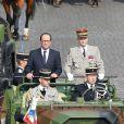 François Hollande remonte la plus belle avenue du monde - Défilé pour la Fête nationale sur les Champs-Elysées en hommage aux sacrifice des troupes alliées dans la Première Guerre mondiale il y a cent ans. Le 14 juillet 2014.