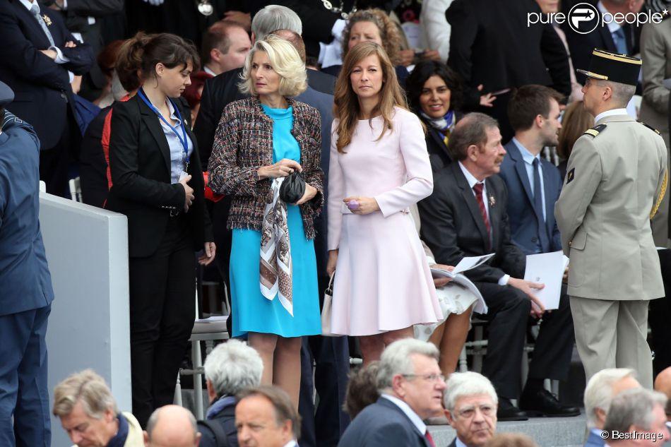 Anne Gravoin, épouse du Premier ministre Manuel Valls, et Véronique Bartolone, épouse de Claude Bartolone, président de l'Assemblée nationale - Défilé pour la Fête nationale sur les Champs-Elysées en hommage aux sacrifice des troupes alliées dans la Première Guerre mondiale il y a cent ans. Le 14 juillet 2014.
