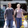 Exclu : Michael Vartan et la belle Lauren Skaar à la sortie d'un supermarché, à Los Angeles, le 1er mai 2010.